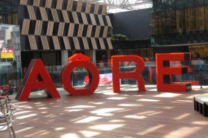 アオーレ長岡 屋外オブジェ 大型 オレンジ ライトアップ AORE ロゴ プラダン